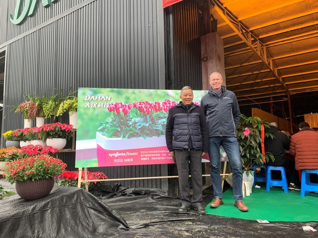 Opening Dahan Dec 13th. 2019:Mr. Liu, President of Dahan and Gerard Werink, Business Development Manager Syngenta Flowers in front of the new facilities.